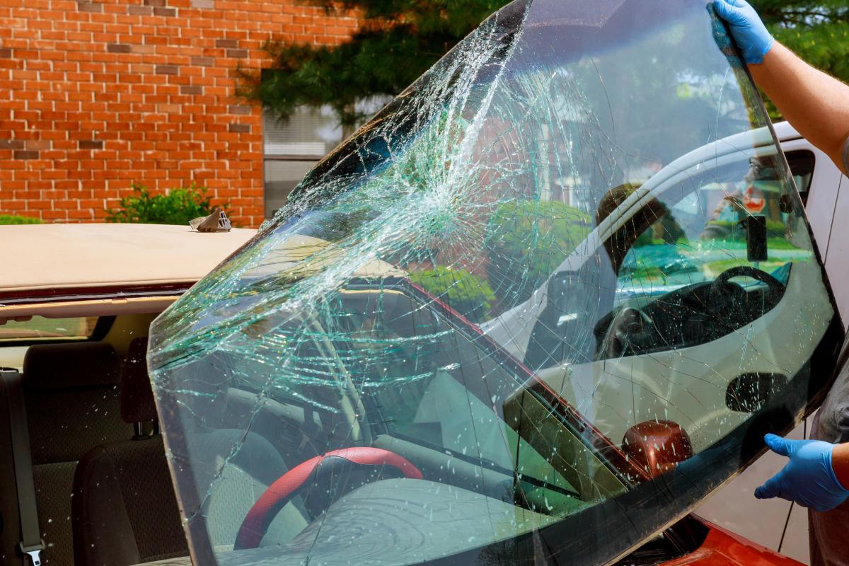 image Puis-je conduire avec un pare-brise fissuré ou cassé ?