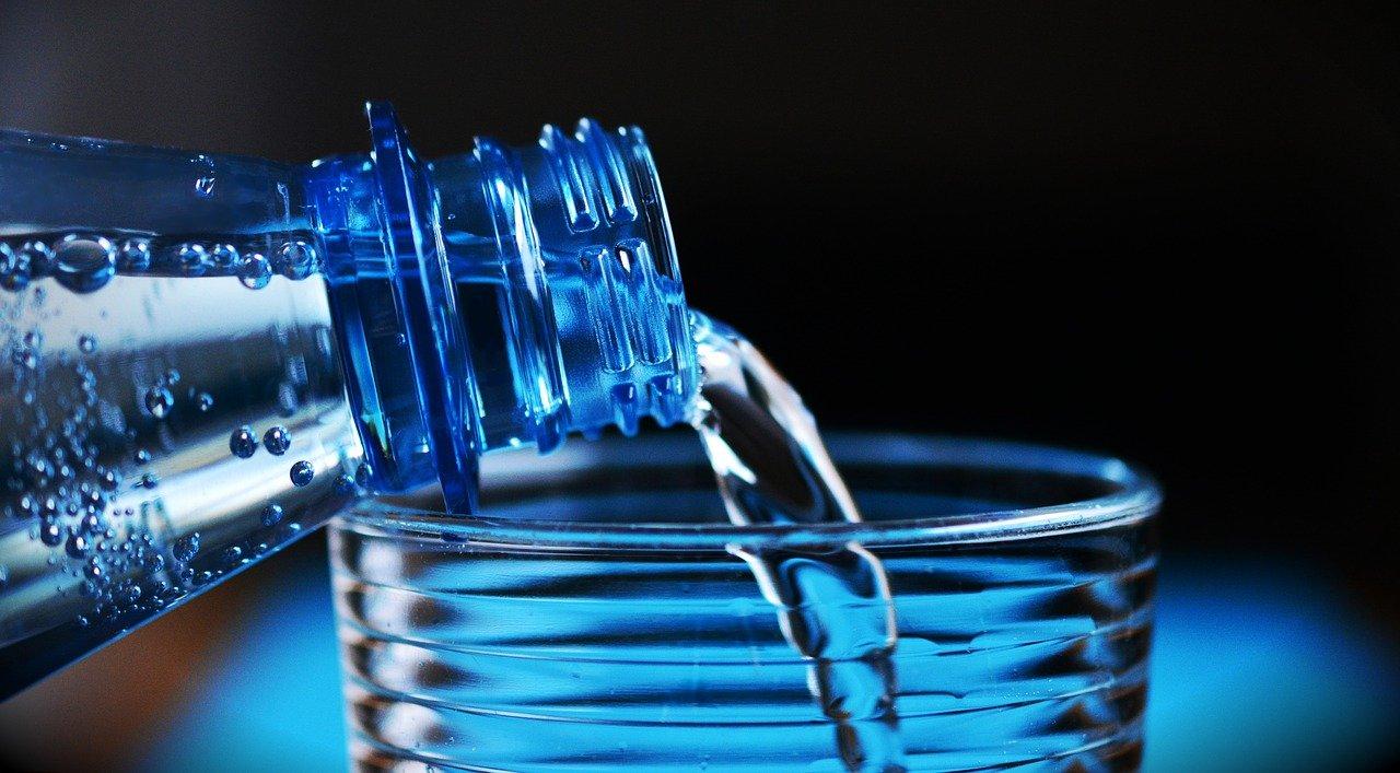 image Pendant combien de temps conserver l'eau en bouteille plastique